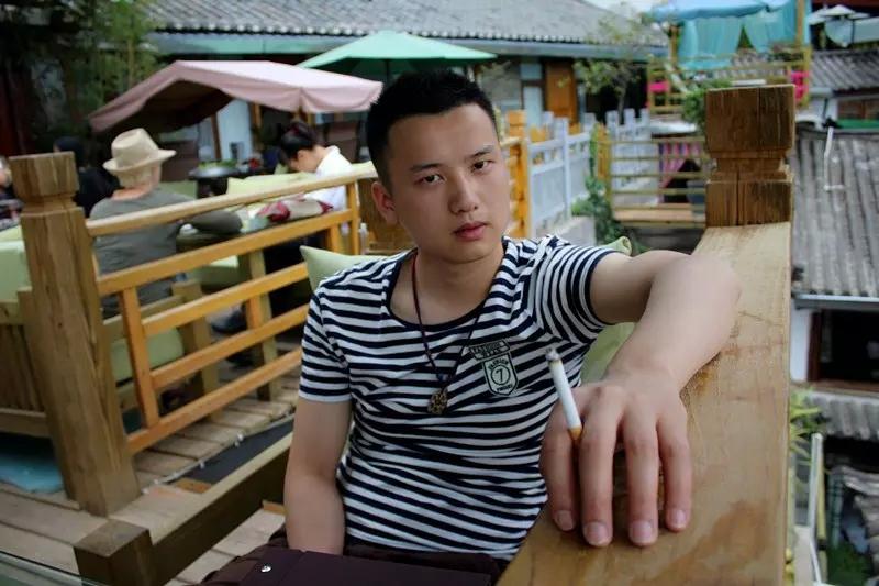 第3期 | 张华 锦屏在线出品 1/ 24岁 身高:181cm 星座:双鱼座 职业