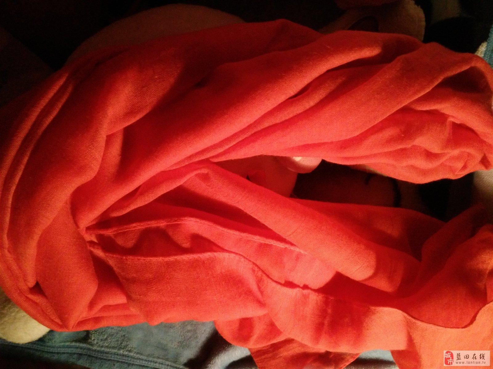 还记得那年 我曾诵读过这样一首 埋藏着主人对那条爱的纱巾 倾尽了一生来静静守护着 那时我也深深打动过 而今也是 一条红似红的纱巾 凝结了一份厚重 一份挚爱,一份记忆 围在脖颈上 这个冬天将不再寒冷 红纱巾呀红纱巾 您捎来一份嘱托 传递一份温暖 表达一种心意 留住一份真情 每每触摸那条如丝绸般 光滑柔软的红纱巾 心都被照耀的暖洋洋的 即使再怎么冷言冷语 都不及一条纱巾诠释了所有
