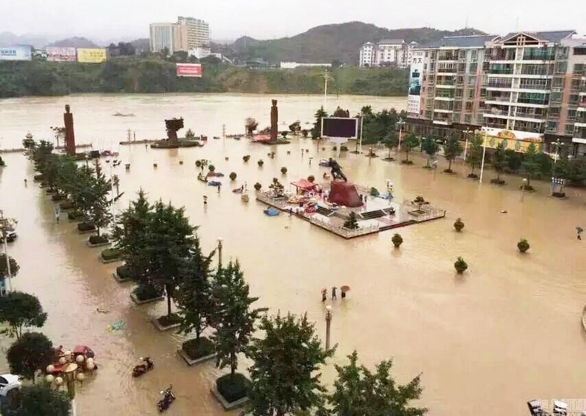 贵州松桃县遭遇特大暴雨袭击 县城内涝严重