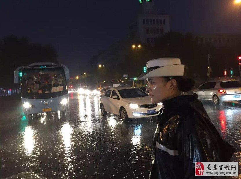 西安美女交警大雨中坚持执勤获赞 谈天说地