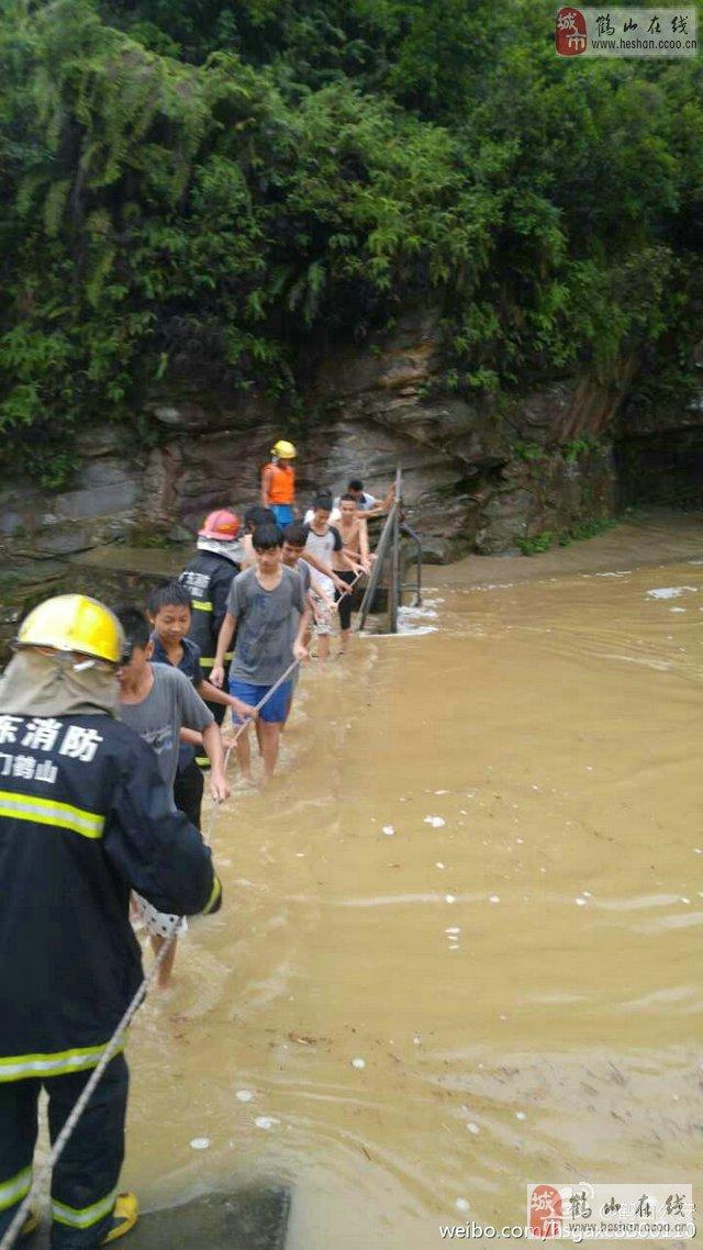 【视频】鹤山鹤城镇七瓮井洪水来袭!十多人游水时被困