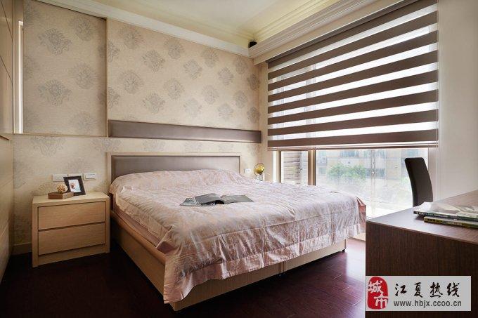 而床头背景墙则是以米色花样