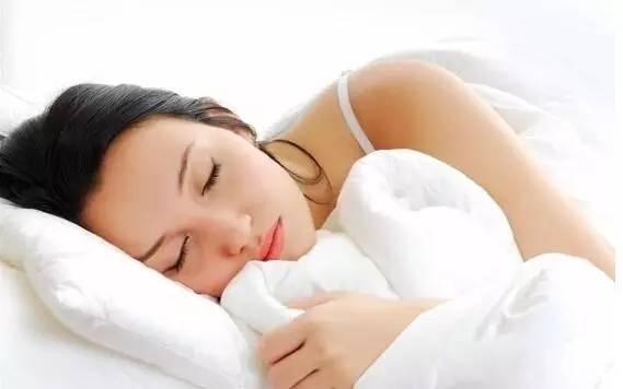 经常做梦,对身体有伤害,不同的梦对应着不同的身心,治疗方法也不尽相同。 一、是梦到白天发生的琐事 这些人睡眠浅,意识还在活动。中医讲脾主意,做这些梦的人,消化功能(胃)、吸收功能(脾)不好。 中医认为人睡着了,魂休息了,魄还在工作,这时候胃肠还在蠕动、消化、吸收。脾胃功能差,光靠魄的工作不足以完成任务,就要调动本该休息的魂帮助它工作,这样就产生了梦,还会流口水。  针对这种消化不良导致的梦,我们应该帮助他提高消化、吸收功能,提高魄力,夜里消化食物的时候就不用扰到自己的魂,梦也就会少一些。 二、是常做一些