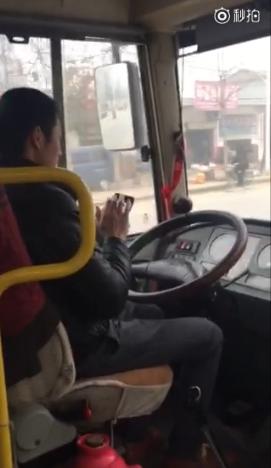 信阳一公交司机被爆开车聊微信!!