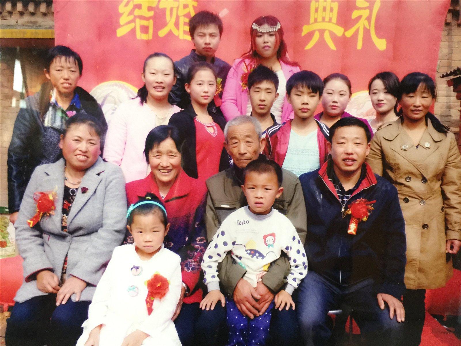 """范县最美全家福""""《 家庭幸福和睦,希望兄弟姐妹学业有"""