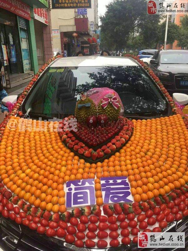 """上沙坪街逛逛,看见又一创意接新娘的方法,不是用""""花车"""",而是用""""水果车"""
