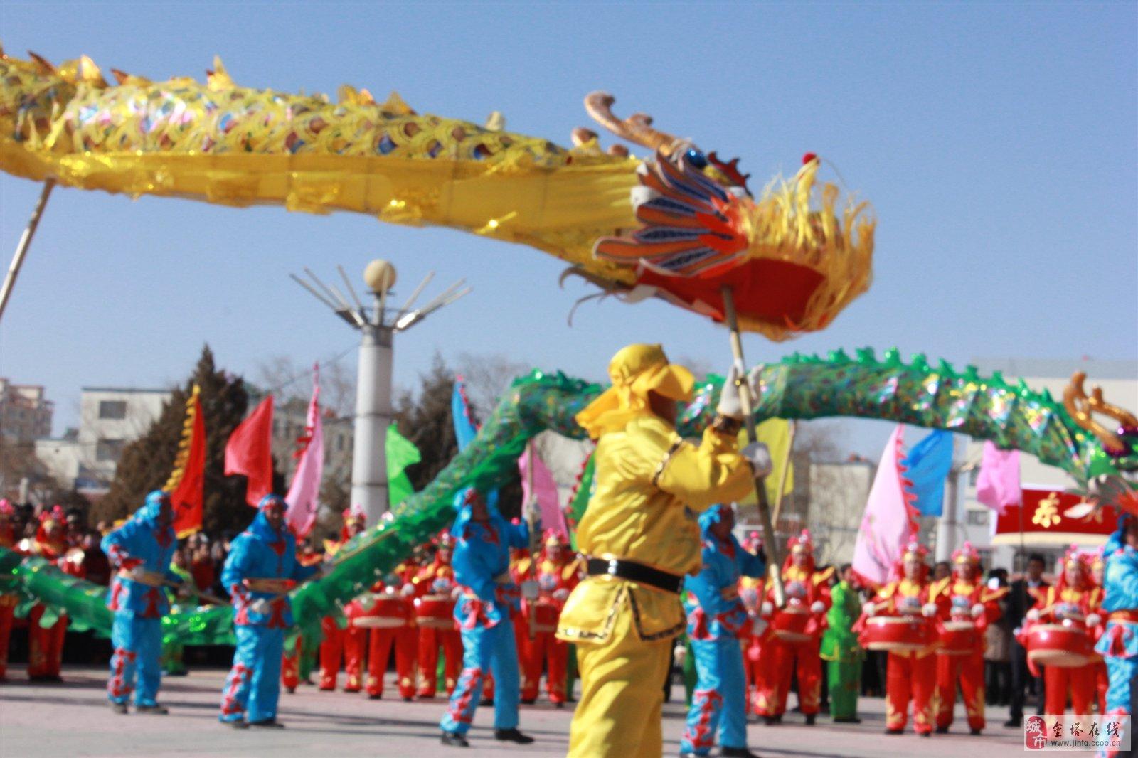 新潮的舞狮舞龙,糅合了传统舞狮刚劲的动作和风姿