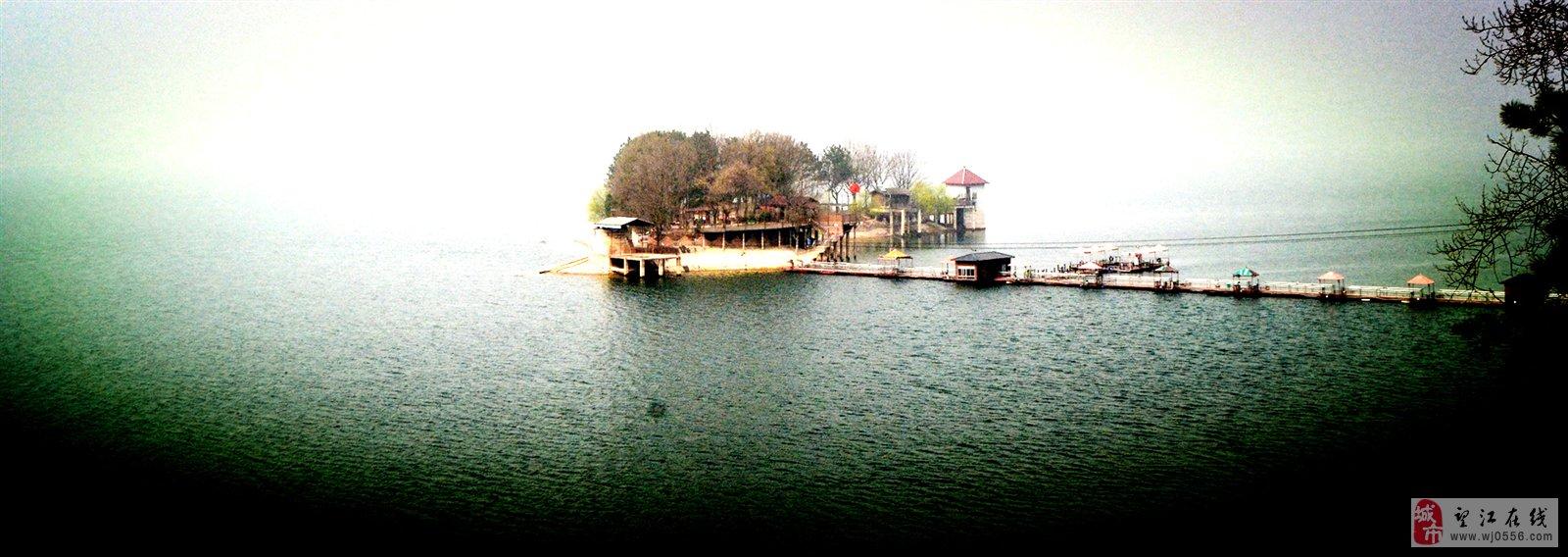 花亭湖是安徽省第二大人工湖,湖水面积78.2平方公里,周长100多公里,由44条大小河流及上百条小溪汇聚而成。形成白波浩瀚、水天一色的宽阔的湖面。湖水终年清澈碧透,湖岸蜿蜒1曲折,如曲廊回径,大小百余座山峰环湖而屹立,层峦叠嶂,林木葱茏。峰影倒映,湖水萦回,青峰状若青龙出涧,正所谓:一坝锁诸水,白浪托群峰。 汽车到达花亭湖的时候,正是9点钟左右,但见氤氲的水汽弥漫着,群山在薄雾之间若隐若现。置身在山间,仿佛在画中遨游。 第一站:西风禅寺