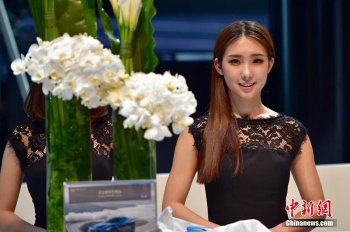 4月25日,北京国际车展在新国展开幕,各个展位的靓丽礼仪吸引眼球