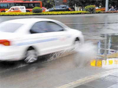 """雨天汽车飞驰溅起水花""""袭""""行人 资阳交警:应减速慢行"""
