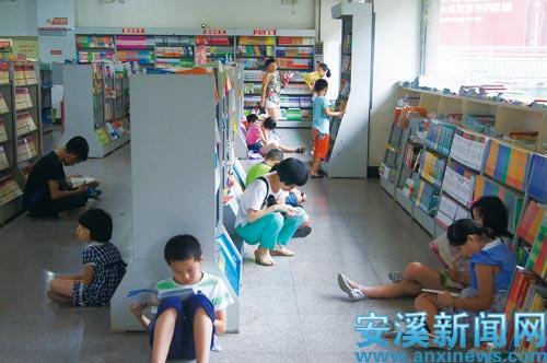 暑期书店读书的人数明显增多