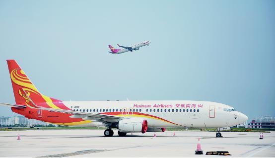一航班从跑道起飞掠过机场上空