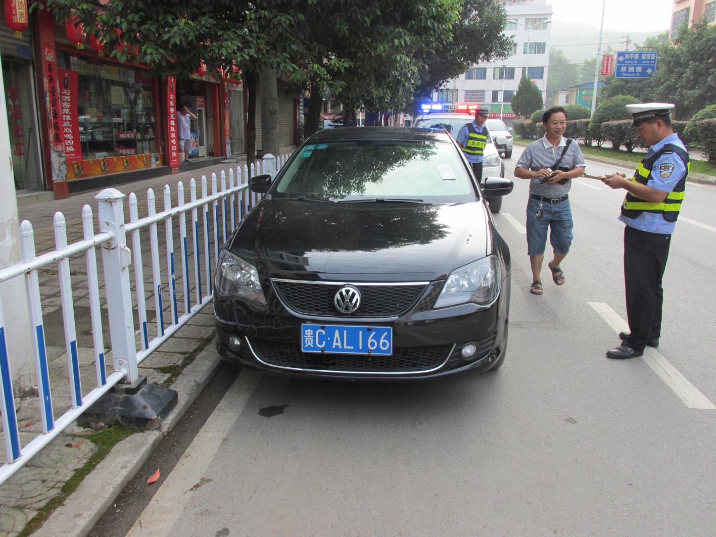 机动车�y`�K�>yJ���n�_在政通路机动车违反禁令标志指示.扣
