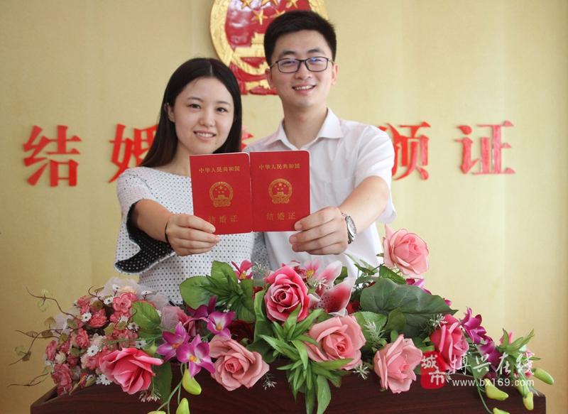 天津涉外婚姻登记处_8月20日,在博兴县民政局婚姻登记处,一对新人领取结婚证后拍照留念.