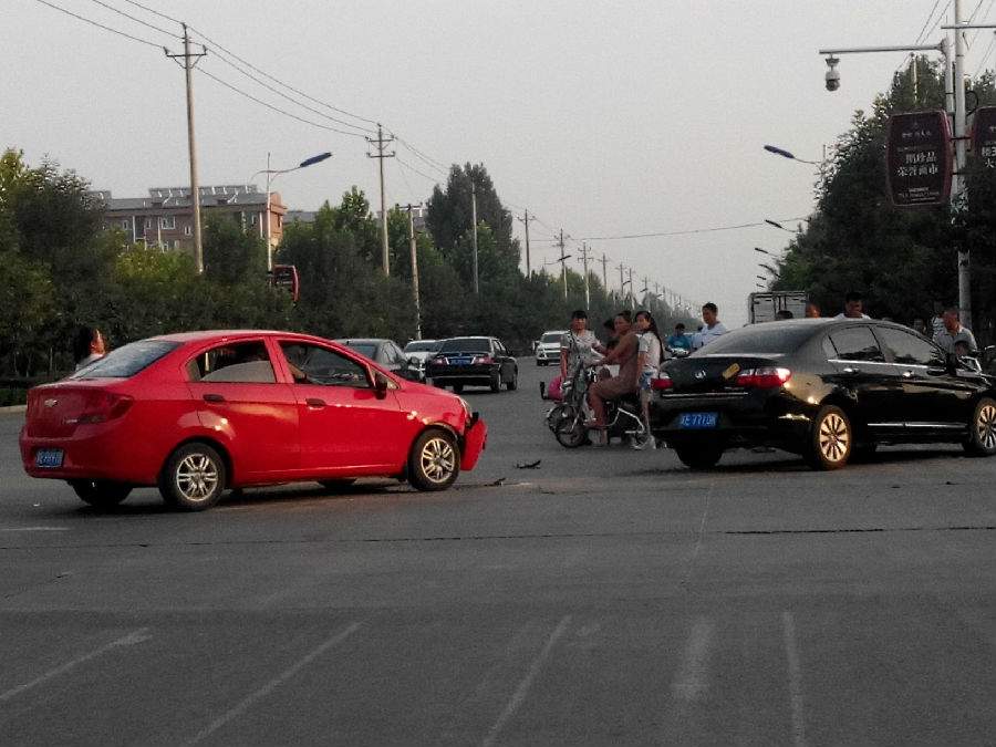 车祸频发_昌平路小官庄路口该加红绿灯