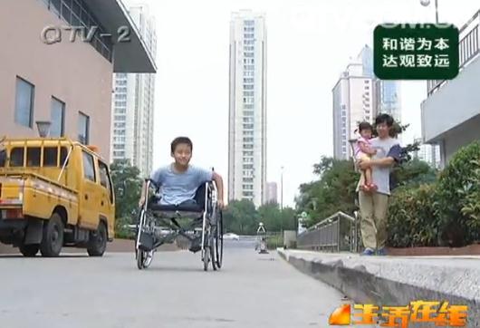 青岛市残联体育中心健身房里,小志宇的手掌已经磨破出血,还是在咬牙坚持。 为了这一天,志宇已经付出了太多。2012年夏天,即墨环秀街道的小志宇刚刚七岁,暑假时候一场飞来横祸,就让孩子失去了双腿。半年多的痛苦治疗之后,坚强的小志宇重新站了起来,在众多爱心市民的帮助下,小志宇扔掉假肢,做回了自己。渐渐的,喜欢运动的志宇有了一个大大的梦想。 没想到,记者联系了一圈也没找到能够训练小志宇游泳的地方。市残联听说了小志宇的情况后,工作人员专程到家里看望,对志宇的体质和毅力都很满意,不过因为志宇的截肢太严重,无法练习游