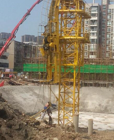 古田路57号美好公馆施工工地在安装塔吊时因钢丝绳滑落,造成塔吊后臂