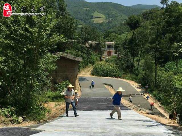 """旬阳县神河镇:两个产业大村之间开铺水泥""""循环路"""""""
