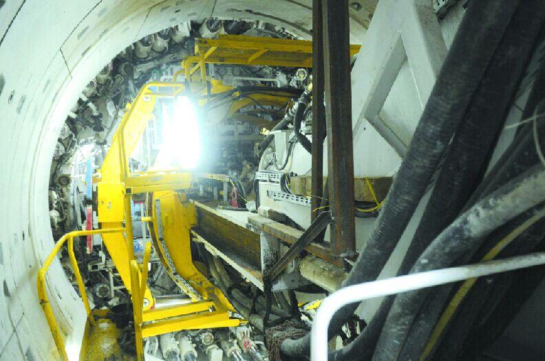 由于地下岩土层结构复杂,所有开工建设的区间隧道,都采用的是矿山法