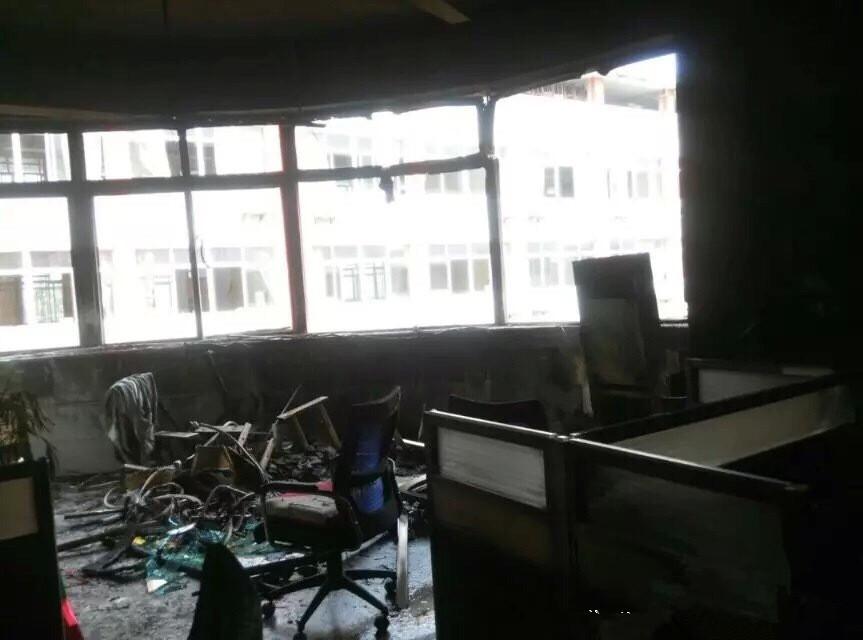 四川省广安中学昨日4楼教师办公室空调爆炸,导致水管爆裂,3楼教图片