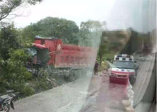昨日临桂五通一摩托车和货车相撞两人当场死亡