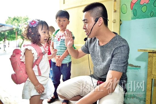 """教师节前夕,记者走近幼儿园的男老师——""""奶爸"""""""