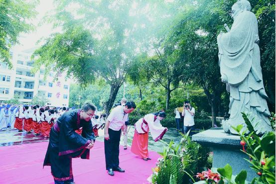 海南华侨中学三亚学校1800余学生举行祭孔尊师活动