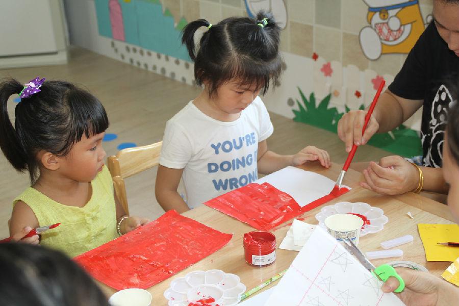 琼海幼儿园的孩子们,亲手制作小红旗喜迎国庆!