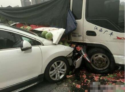 组图:郑州拉瓜车与轿车相撞
