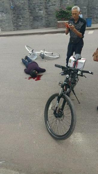 武胜一老人骑自行车摔称重伤