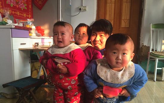 沾化三胞胎茁壮成长 父母感恩爱心人士帮助