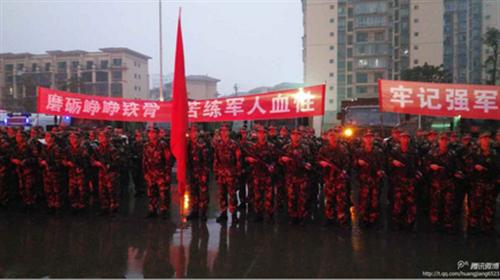 武警泸州市支队举行2015年度新兵拉练图片