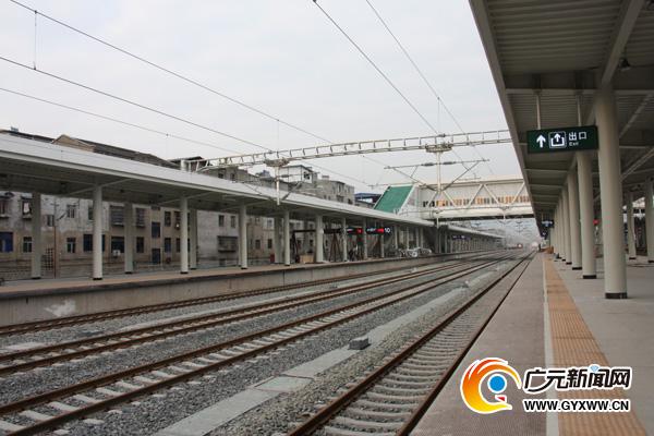 图为21日,广元火车站内的兰渝场建设情况。 引语 2016年1月10日零时起,广元火车站将正式恢复客运业务办理。 经过长达半年的站改施工,广元火车站发生了哪些变化可谓万众瞩目。 17日,记者来到广元火车站,提前感受站内新变化,打探站内新亮点。 现场 试想一下,乘车到了广元,下了火车,走出站台,不用急于赶路,选择步行或者乘坐电梯到达风雨无阻的地下通道,任凭艳阳高照或者疾风骤雨,也不会让你的身上留下一点痕迹,走出通道后,映入眼帘的是景色优美的站前广场,这时可以尽情惬意的歇息。 专门设立的公交车站台和即停即