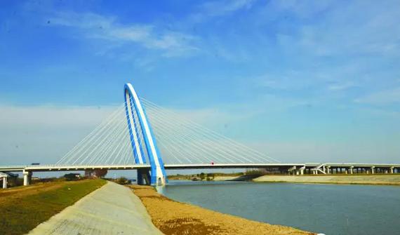 桥梁设计为拱形斜塔,造型美观