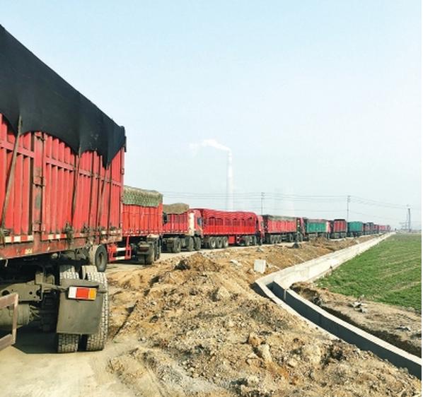 """道路被堵,百辆货车列队成""""火车"""""""