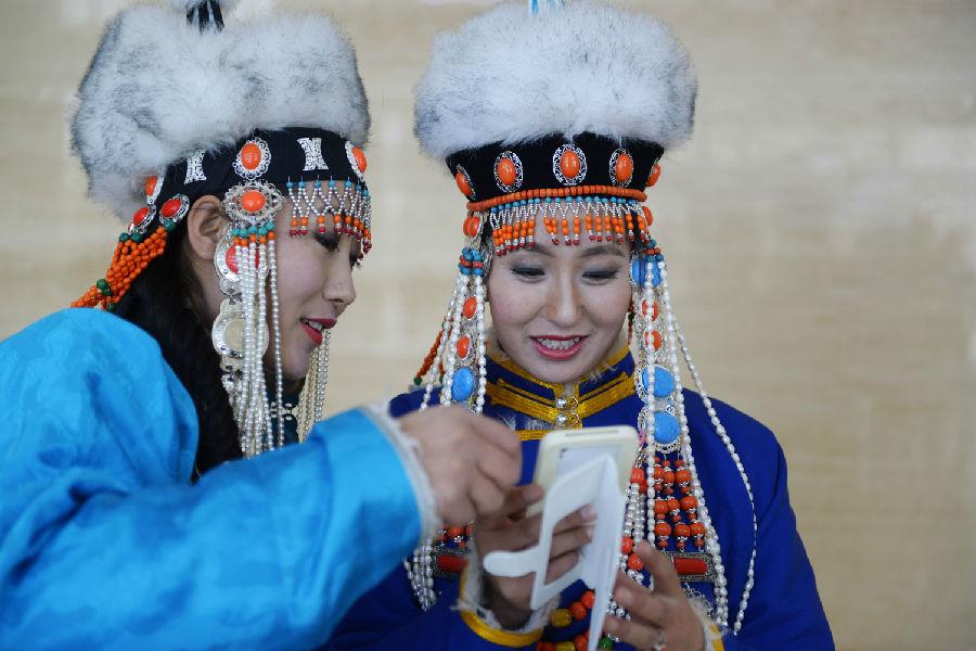 华美典雅的察哈尔蒙古族服饰_上都热点资讯