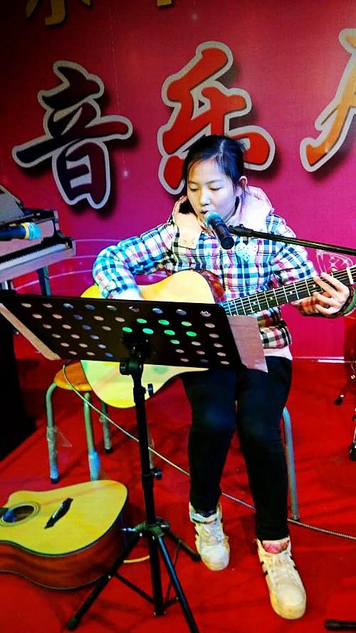 吉他弹唱、钢琴独奏、古峥合奏、 《女儿情》等近二十个表演节目.