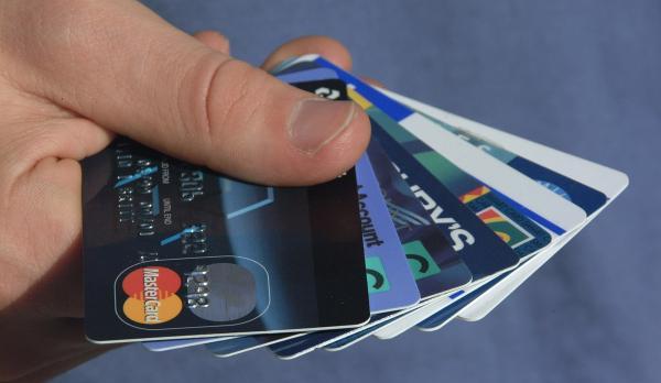 澳门人胡某在珠海拱北一家银行办了一张借记卡,在天津被刷347万.