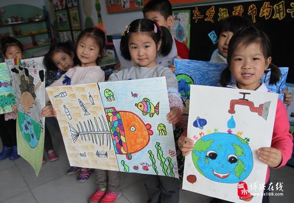 日前,博兴县第一小学附属幼儿园开展了节约水资源 我们在行动主题系列活动,组织小朋友通过描绘主题宣传画、听老师讲解、观看节水视频,让他们从小了解水的重要性、缺水的严重性,同时还组织小朋友一起签名,发起节水行动,树立小朋友的节水意识。