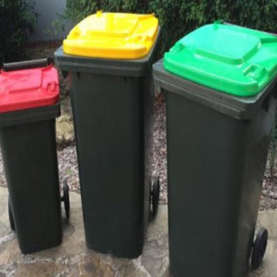 据报道,新垃圾桶有各种各样的大小,附有明亮颜色的盖子(如图).