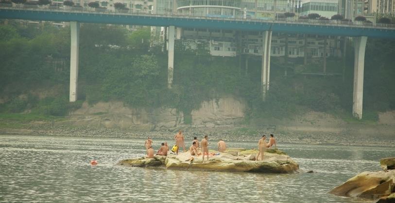 重庆惊现集体裸泳 春光乍泄大胆调戏围观者