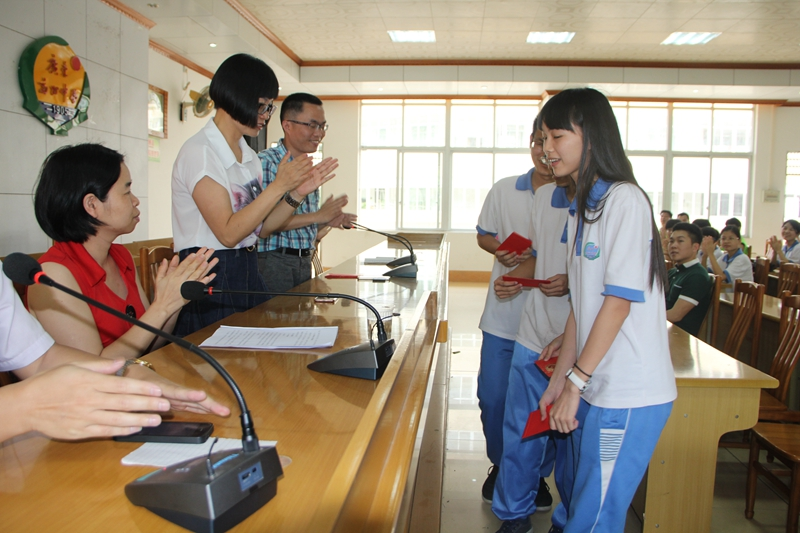 高州市妇联、巾帼志愿者联合博士林教育为高三学子考前加油鼓劲