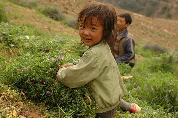 浑身泥巴的小孩照片可爱