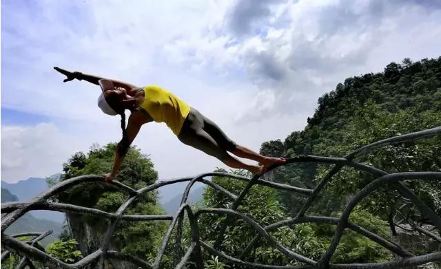 [网摘原编] 家乡风貌——悬崖绝壁秀瑜珈 - 十月大哥 - 十月大哥的博客