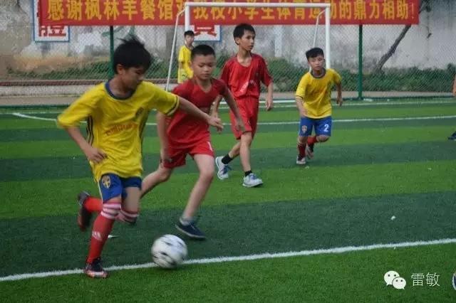 小足球运动员们正在紧张角逐.