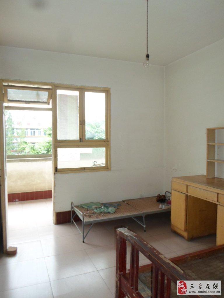 台中教师宿舍36万3室2厅1卫普通装修,阔绰客厅