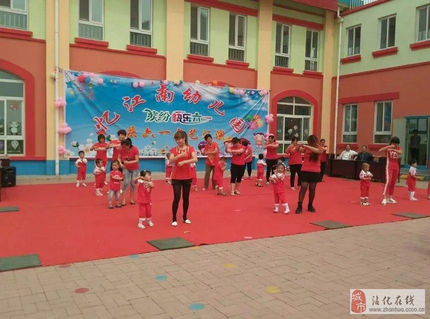 幼儿园表演区融合民间体育游戏的布置