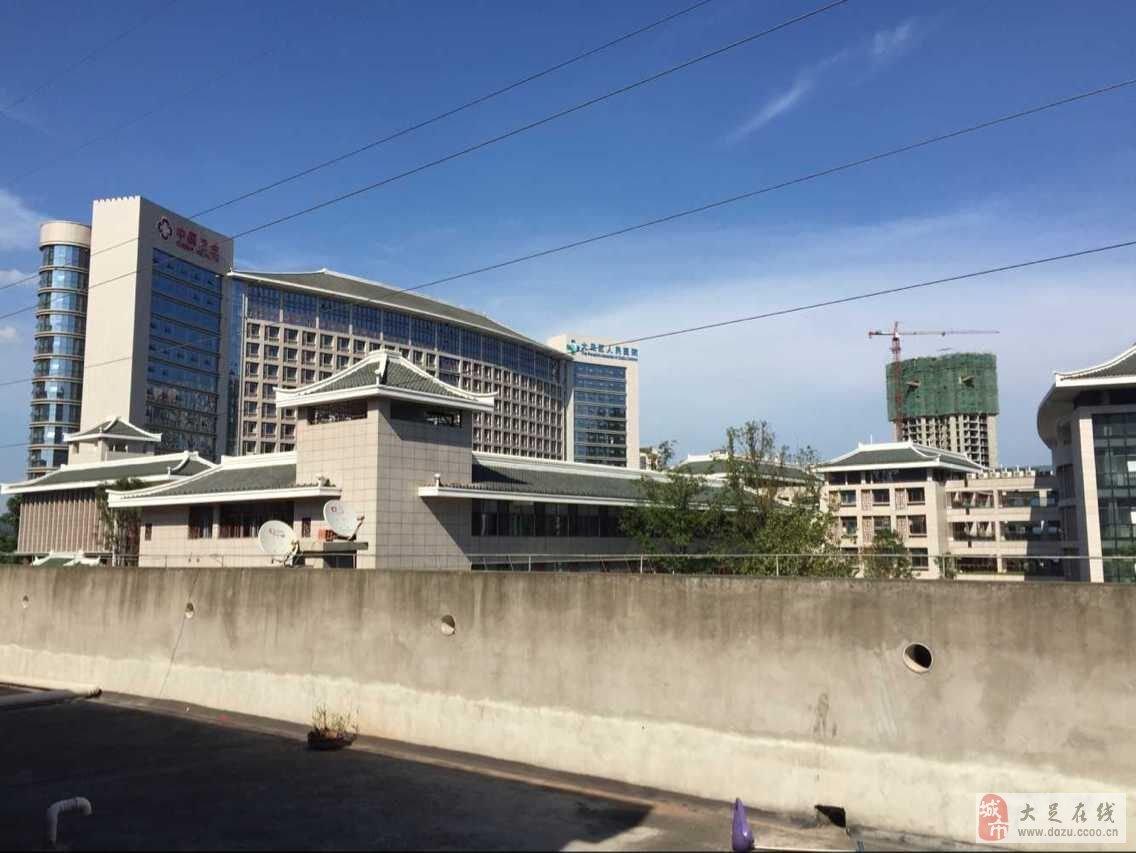 1700﹐ 位于大足新城区  蓝湖星宇 新人民医院中间  周边配套齐全  二