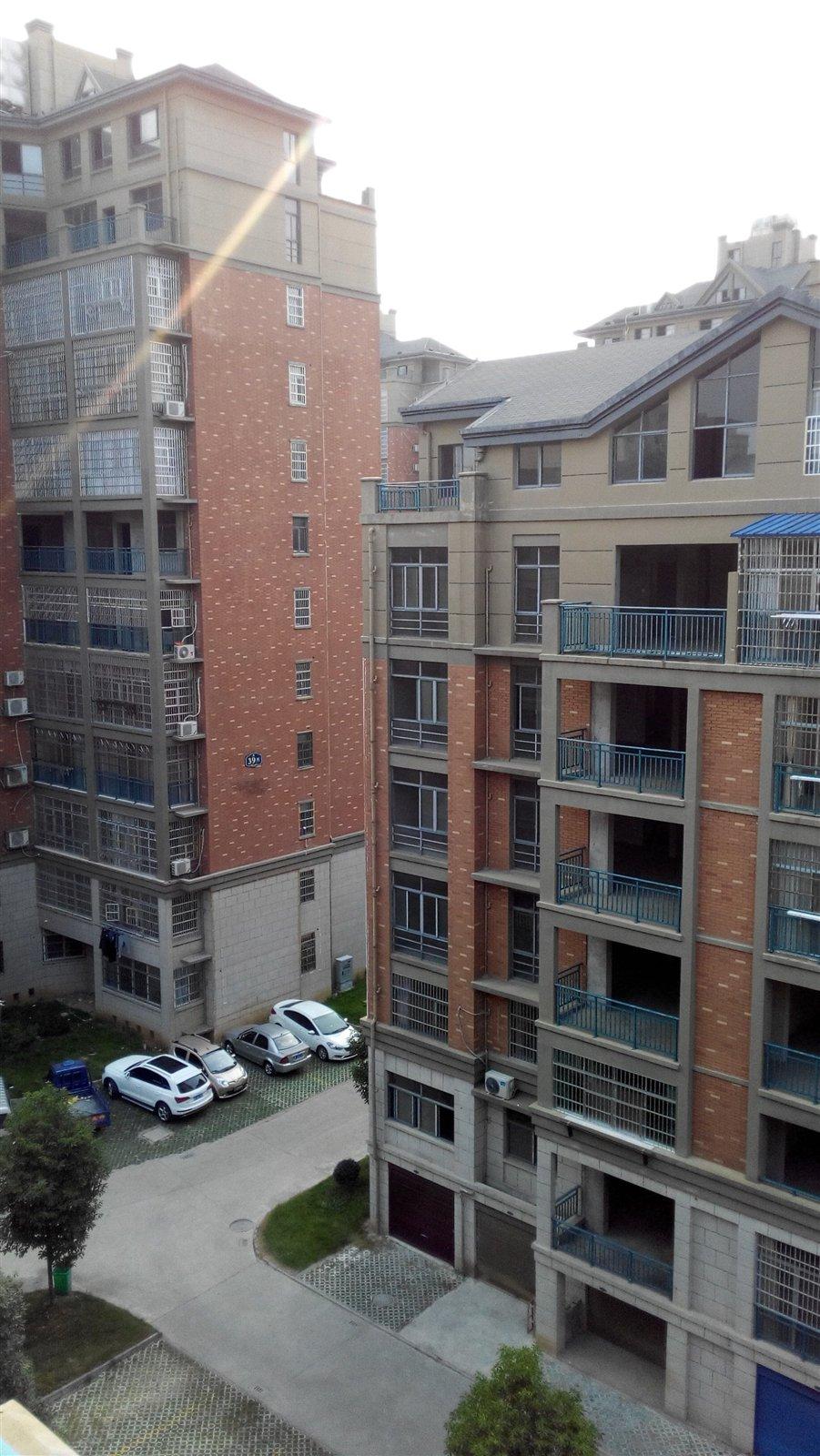 全框架现浇结构,挑高层达到 4.5米左右. 4.附近生活极其方便.
