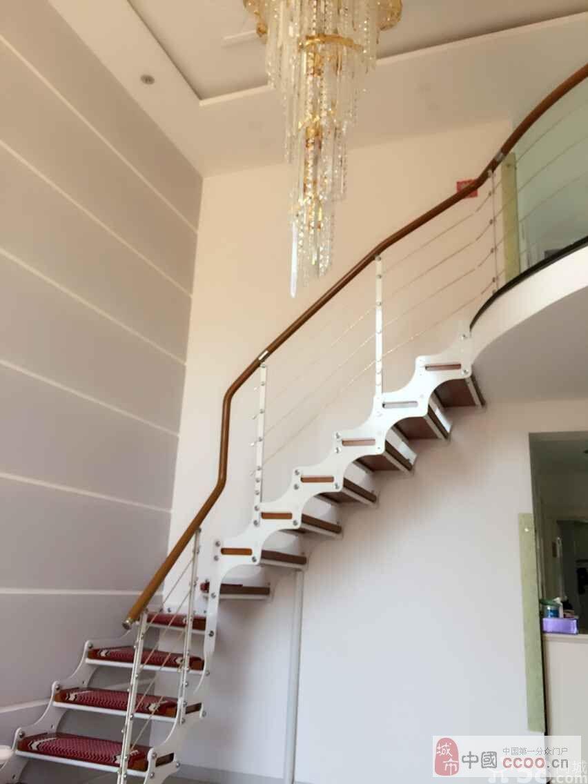 实木板钢价楼梯,屋里嗷嗷板正,空间设计嘎嘎合理.